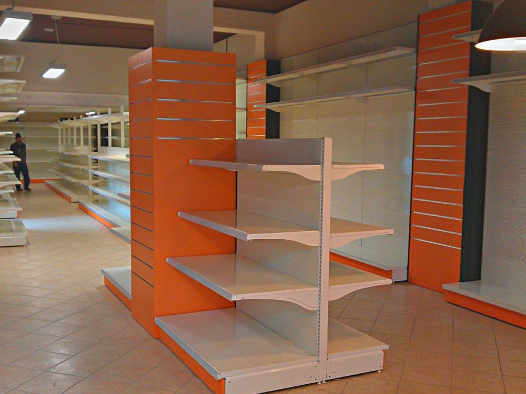 Scaffali su misura per negozi for Negozi per mobili